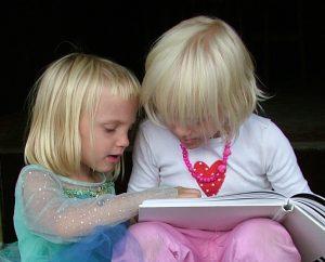 Otroka bereta knjigo