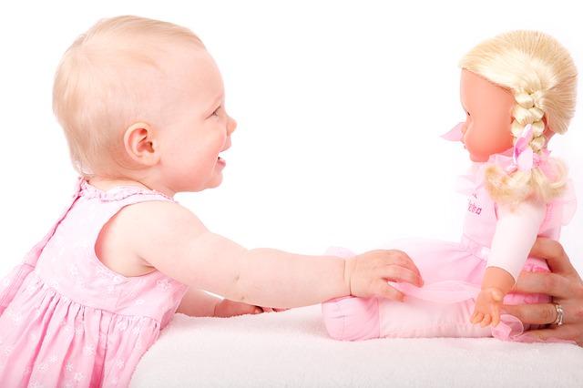 baby-deklica_se_igra